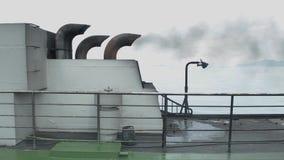 Tubo de escape en la cubierta de barco mientras que cruza en el mar metrajes