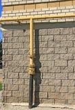 Tubo de gas en una pared de ladrillo Imagen de archivo