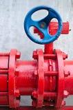 Tubo de gas rojo con la válvula azul Fotos de archivo