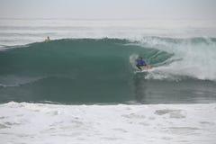 Tubo de Kai Otton que monta uma onda fotos de stock