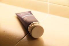 Tubo de la crema en el cuarto de baño fotos de archivo