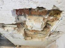 Tubo de la pared de ladrillo y del propileno imagen de archivo