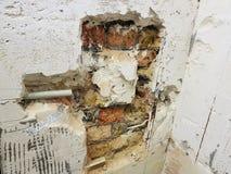 Tubo de la pared de ladrillo y del propileno fotos de archivo
