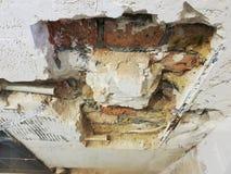 Tubo de la pared de ladrillo y del propileno foto de archivo