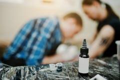 Tubo de la pintura para el amo del tatuaje del fondo del tatuaje en el trabajo Foto de archivo libre de regalías