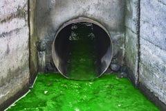 Tubo de las aguas residuales Descarga de la contaminación de agua Fotografía de archivo libre de regalías
