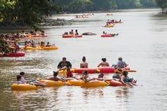 Tubo de los grupos de personas abajo del río Chattahoochee en Georgia foto de archivo libre de regalías