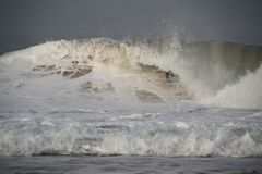 Tubo de Mick Fanning que monta uma onda Fotografia de Stock Royalty Free