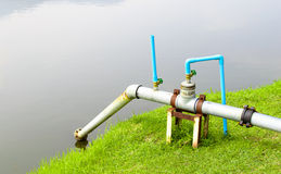 Tubo de succión viejo del agua en la piscina, para el abastecimiento de agua Fotografía de archivo