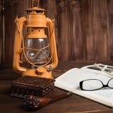 Tubo de vidros do livro da lâmpada Fotos de Stock