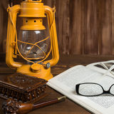 Tubo de vidros do livro da lâmpada Imagens de Stock