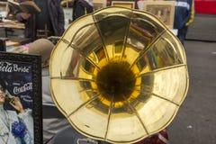 Tubo del gramófono viejo en el mercado de pulgas Imagenes de archivo
