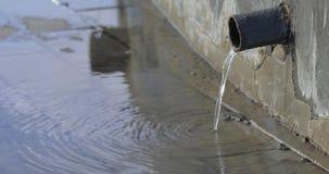 Tubo del hierro y agua de colada metrajes