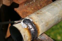 Tubo del metallo con la cucitura saldata Saldatura dei tubi Immagini Stock Libere da Diritti