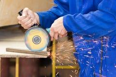 Tubo del metallo di taglio tramite il processo della smerigliatrice immagine stock