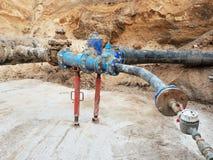 Tubo del waser de la bebida, aerómetro y válvula de cierre viejos en el tubo plástico Reparación del circuito de agua de la bebid Fotografía de archivo