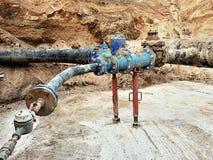 Tubo del waser de la bebida, aerómetro y válvula de cierre viejos en el tubo plástico Reparación del circuito de agua de la bebid Imagen de archivo