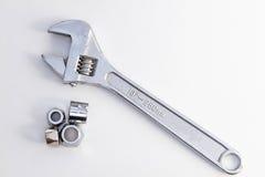 Tubo dell'impianto idraulico e chiave di scimmia della chiave registrabile fotografia stock