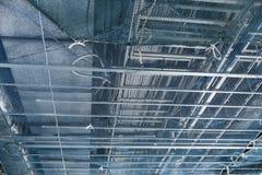 Tubo della flessione del condotto del cavo del metallo al soffitto fotografie stock