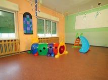 Tubo della plastica e dello scorrevole via che gioca i bambini Fotografia Stock Libera da Diritti