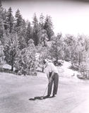 Tubo di fumo dell'uomo mentre giocando golf Fotografie Stock