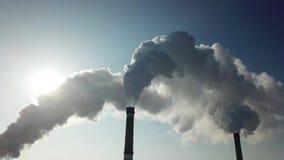 Tubo di fumo Il fumo bianco ha versato dal camino i precedenti di chiaro cielo blu video d archivio