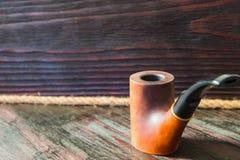 Tubo di fumo su un fondo di mogano fotografia stock libera da diritti