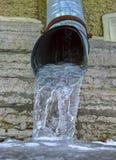 Tubo di scarico con acqua congelata Immagini Stock Libere da Diritti