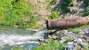 Tubo di scarico dalla diga Fotografia Stock