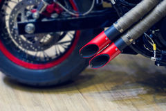 Tubo di scarico rosso del motociclo, scarico moderno di stile Immagini Stock Libere da Diritti