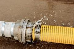 Tubo di scoppio con la perdita del ` s dell'acqua battimento Allentare dei soldi Fotografia Stock Libera da Diritti