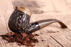 Tubo di tabacco su vecchio documento fotografia stock