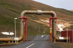Tubo di vapore in una centrale elettrica di energia geotermica Fotografie Stock