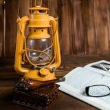 Tubo di vetro del libro della lampada Fotografie Stock Libere da Diritti