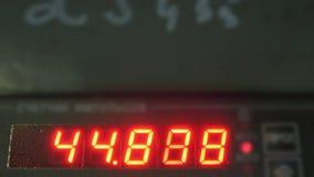 Tubo digitale elettronico del contatore del tester del quadrante Fabbricazione di fabbrica di plastica delle tubature dell'acqua  stock footage