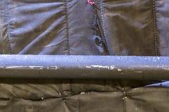 Tubo dipinto nero sui precedenti di tessuto allungato nero fotografia stock