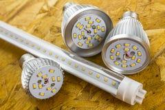 Tubo do diodo emissor de luz T8 e vários bulbos E27 refrigerados Foto de Stock
