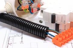 Tubo e componente ondulati per le installazioni elettriche sul disegno immagine stock libera da diritti