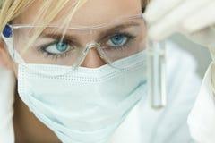 Tubo femenino del científico y de prueba en laboratorio Imagenes de archivo