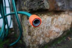 Tubo flessibile di giardino all'aperto fotografia stock libera da diritti