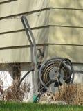 Tubo flessibile di giardino a casa urbana fotografia stock