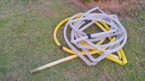 Tubo flessibile di giardino, un'acqua del tupe per le piante immagini stock