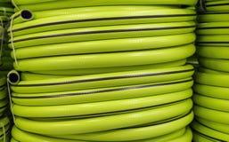 Tubo flessibile di giardino in un rotolo per innaffiare Strumenti di giardino immagine stock