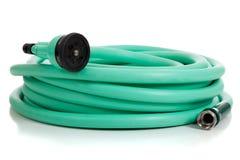Tubo flessibile di giardino verde con lo spruzzatore Fotografie Stock