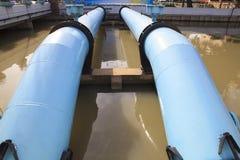 Tubo grande del abastecimiento de agua en estado de la industria de la central depuradora Imágenes de archivo libres de regalías