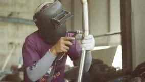 Tubo inoxidable del soldador de los trabajadores almacen de metraje de vídeo