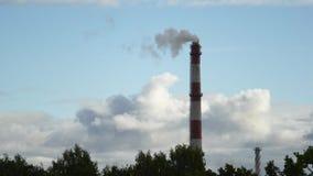 Tubo móvil de la central eléctrica de las nubes con el humo Letonia 4K almacen de video
