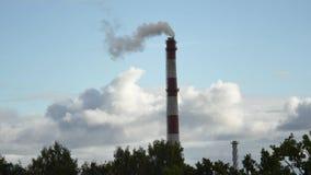 Tubo móvil de la central eléctrica de las nubes con el humo Letonia 4K almacen de metraje de vídeo