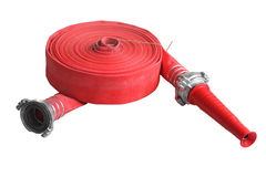 Tubo molle del tubo flessibile rosso di estinzione di incendio, isolato su fondo bianco Immagine Stock