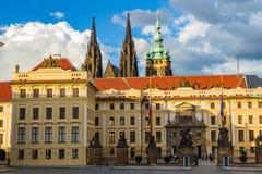Tubo principal al área real del castillo de Praga histórico en el día soleado, en el fondo la catedral del St Vitus, República Ch fotos de archivo